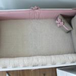 Kit berço de menina com 06 peças (01 Cabeceira, 01 Peseira, 02 Protetores laterais, 01 almofada decorativa, 01 cobre leito em tricot ) - 25738